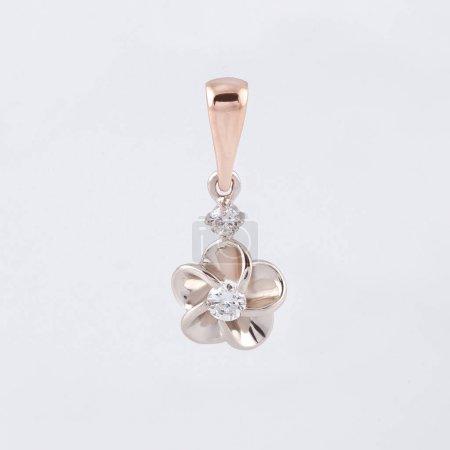 Photo pour Boucle d'oreille longue sous la forme d'une fleur avec le placage à l'or et de pierres de swarovski - image libre de droit