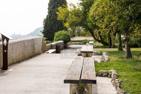 Photo pour Jardin avec bancs dans un monastère sur la colline de Cimiez à Nice, France . - image libre de droit