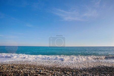 Photo pour Plage de galets avec vue mer sur la Promenade des Anglais à Nice, France - image libre de droit
