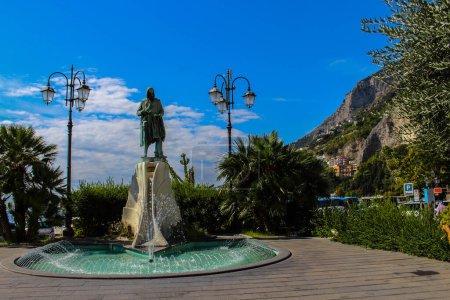 Photo pour Vue de la statue de Flavio GIoia sur la Piazza Flavio Gioia à Amalfi, une statue qui représente le soi-disant navigateur et prétendu inventeur de la boussole magnétique, qui n'a jamais existé . - image libre de droit