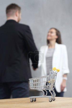 Photo pour Faire du shopping. Concept d'entreprise. Chariot de magasinage symbole . - image libre de droit