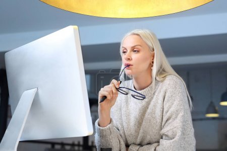 Foto de Empleado de oficina. Una mujer está trabajando en la oficina - Imagen libre de derechos