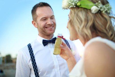 Photo pour Mariage à la plage. Un jeune couple lors d'une cérémonie de mariage . - image libre de droit