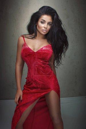 Photo pour Élégante femme sexy qui pose en robe maxi rouge. - image libre de droit
