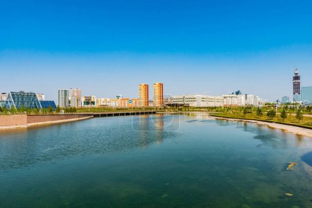 Photo pour Jardin botanique Nur-Sultan Astana Vue sur le lac avec serre et gratte-ciel lors d'une journée ensoleillée avec ciel bleu - image libre de droit