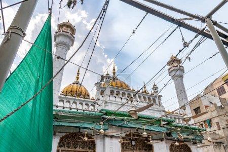 Photo pour Mosquée dorée Lahore Sunehri Masjid Talai à la ville fortifiée Vue pittoresque sur une journée ensoleillée de ciel bleu - image libre de droit