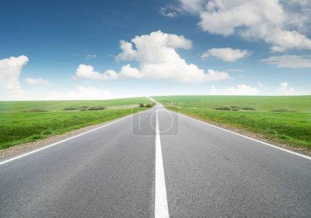 Photo pour Route et ciel nuageux. Beau concept naturel et idée de voyage - image libre de droit