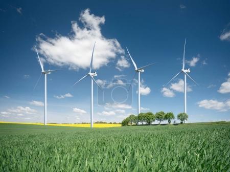 Foto de Estación de energía eólica. Composición de energía ecológica - Imagen libre de derechos