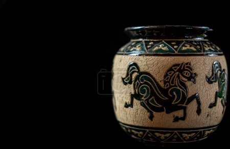 Foto de Souvenir de jarrón pintado en un fondo negro - Imagen libre de derechos