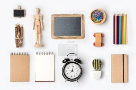 Photo pour Concept de retour à l'école avec fournitures scolaires organisées sur fond blanc. Vue du dessus - image libre de droit