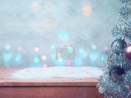 Photo pour Noël et Nouvel An fond de concert avec table en bois vide. neige et lumières bokeh - image libre de droit