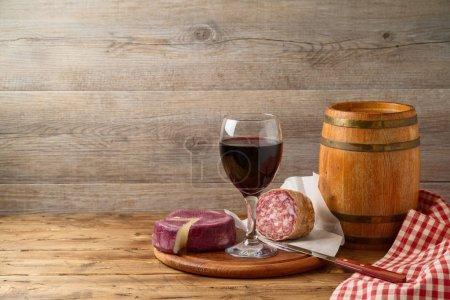 Photo pour Vin, fromage et saucisse sur table en bois. Concept de nourriture et de boisson contexte - image libre de droit