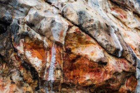 Photo pour Peintures rupestres monolithiques Misool, Raja Ampat Indonésie - image libre de droit