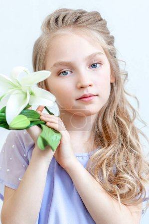 Photo pour Petite fille coiffée de fleurs, isolée. - image libre de droit
