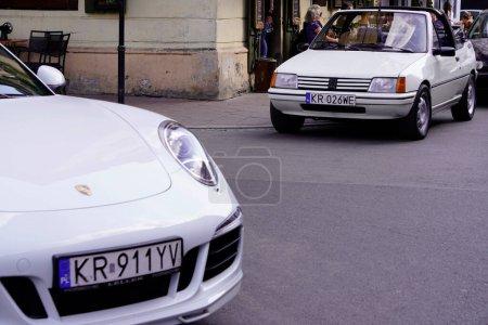 Photo pour Cracovie, Pologne 15.02.2020 : Convertible Peugeot 205 blanc dans la rue de la ville près du café d'été. La ville d'été - image libre de droit