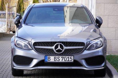Photo pour Cracovie, Pologne 19.02.2020 : Nouvelle voiture de luxe Mercedes-benz Classe C W205 couleur grise, parking près du bâtiment sur le parking. Détail vue de face de la voiture - image libre de droit
