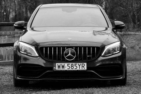 Photo pour Cracovie, Pologne 19.02.2020 : Voiture noire Mercedes-benz Classe C C63 AMG W205 berline sport de luxe, parking dans le parc de la ville. Détail vue de face des voitures . - image libre de droit