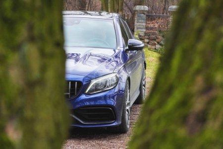 Photo pour Cracovie, Pologne 19.02.2020 : Nouvelle voiture de sport de luxe Mercedes-benz Classe C C63 AMG W205 couleur bleue, parking dans le parc de la ville . - image libre de droit