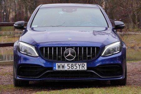Photo pour Cracovie, Pologne 19.02.2020 : Nouvelle voiture de sport de luxe Mercedes-benz Classe C C63 AMG W205 couleur bleue, parking dans le parc de la ville. Détail des voitures vue avant . - image libre de droit