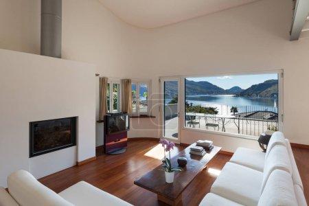 Photo pour Intérieurs, salon confortable d'un loft, divans blancs - image libre de droit