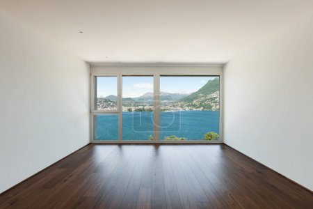 Photo pour Belle maison moderne, une salle vide avec fenêtre donnant sur le lac - image libre de droit