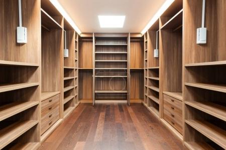 Photo pour Vaste dressing en bois, intérieur d'une maison moderne - image libre de droit