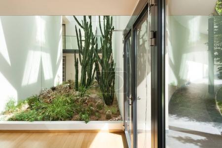Photo pour Entrée d'un immeuble moderne, intérieur - image libre de droit