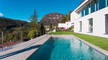 Photo pour Villa de luxe moderne avec jardin et piscine - image libre de droit