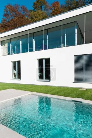 Maison blanche moderne avec jardin