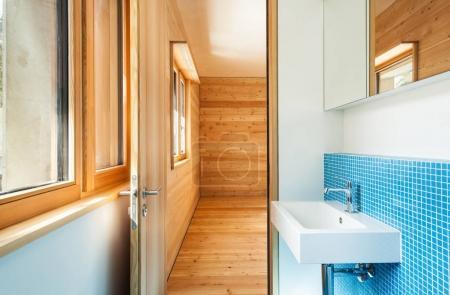 Foto de Diseño de casa moderno, baño interior, azul - Imagen libre de derechos
