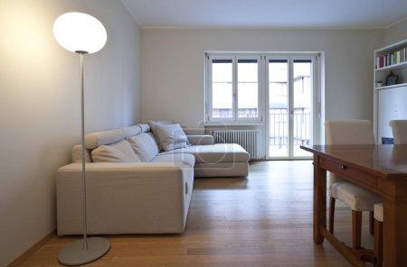 Photo pour Appartement moderne lumineux, canapé angle - image libre de droit