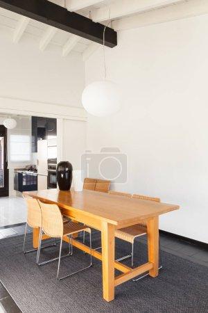 Photo pour Loft intérieur, confortable, mobilier moderne, table à manger - image libre de droit