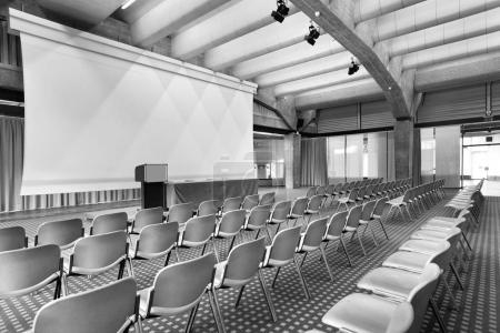 Photo pour Intérieur d'une salle de conférence, personne ne - image libre de droit