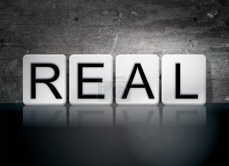 """Photo pour Le mot """"Real"""" écrit en tuiles blanches sur fond grunge vintage foncé . - image libre de droit"""