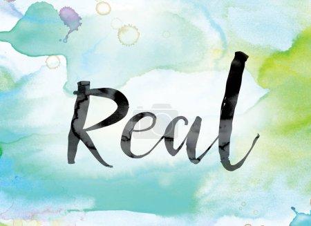 """Photo pour Le mot """"réel"""" peint à l'encre noire sur un concept et un thème de fond lavé à l'aquarelle coloré . - image libre de droit"""