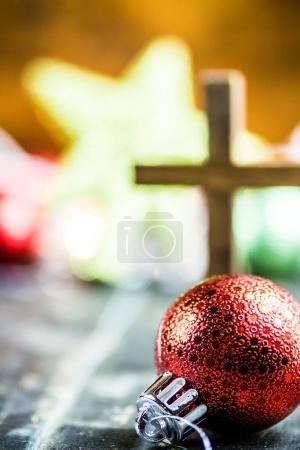 Photo pour Ornements traditionnels de Noël et une sainte croix chrétienne sur un fond de sol en bois teinté foncé . - image libre de droit