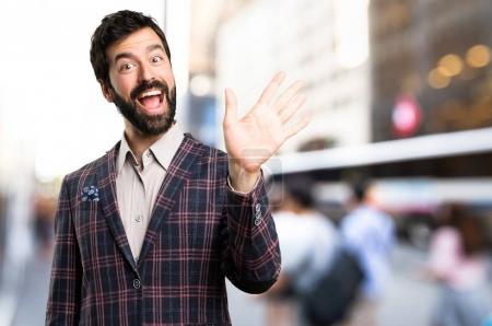 Photo pour Homme bien habillé, saluant dans la ville - image libre de droit