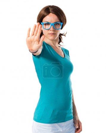 Photo pour Fille dans des vêtements colorés, faisant signe stop - image libre de droit