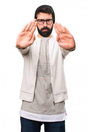 Photo pour Homme de hipster fabriquant panneau stop sur fond blanc - image libre de droit