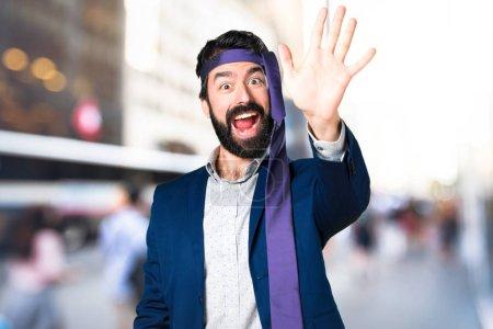 Foto de Loco y borracho empresario saludando en el fondo desenfocado - Imagen libre de derechos