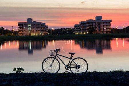 Photo pour Silhouette vintage hipster vélo avec beau soleil ciel voir arrière-plan concepts pour vieux design ton rétro fleur carte postale, ajustement motard papier peint, émotion de l'environnement . - image libre de droit