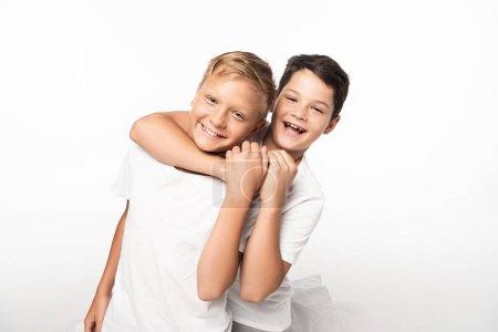Photo pour Garçon joyeux blaguant étouffant sourire frère isolé sur blanc - image libre de droit
