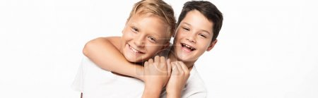 Photo pour Plan panoramique de joyeux garçon étouffant en plaisantant frère souriant isolé sur blanc - image libre de droit