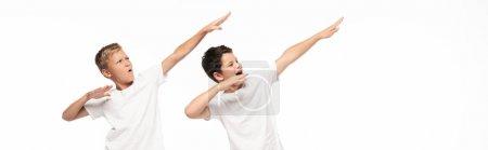Photo pour Plan panoramique de deux frères imitant le tir à l'arc isolé sur blanc - image libre de droit