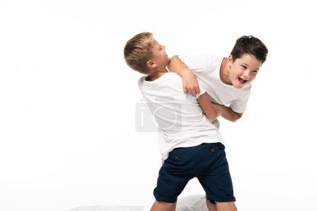 Foto de Dos hermanos que se divierten mientras imitan la lucha aislada sobre blanco - Imagen libre de derechos