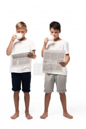 Foto de Dos hermanos que miran la cámara y bailan mientras escuchan música en audífonos de fondo blanco. - Imagen libre de derechos