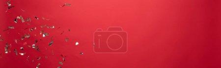 Foto de Vista de los christmas dorados confetti aislados en rojo con espacio de copia. - Imagen libre de derechos