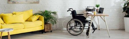 Photo pour Intérieur du salon avec bureau et fauteuil roulant près de la table, panoramique - image libre de droit
