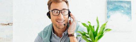 """Photo pour L'opérateur souriant du centre d'appels parle avec un casque d """"écoute, photo panoramique - image libre de droit"""