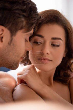 Photo pour Beau copain aux yeux fermés baisant belle copine séduisante - image libre de droit